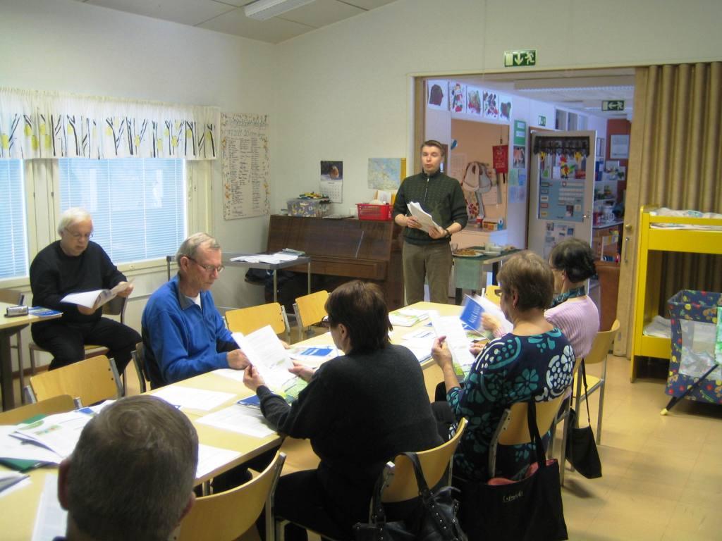 Vuosikokous Monarilla 2.4.2012.  Tässä jutellaan jätevesiasioista. Kuva:Juha Leskinen